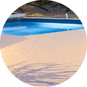 Plage de piscine : moquette de pierre