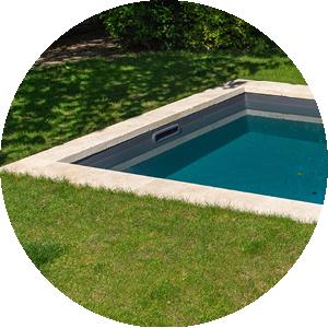 Plage de piscine : pelouse