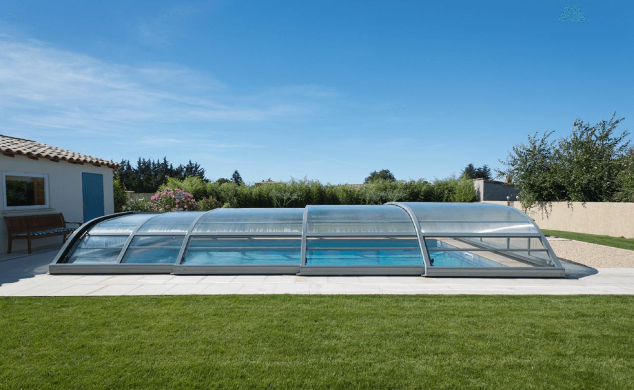 Baignade sous abri de piscine