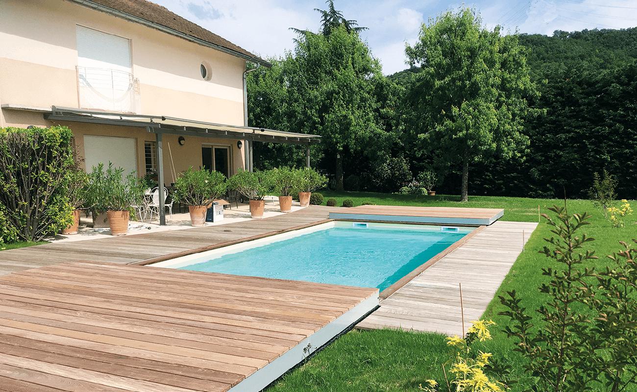 une piscine avec plancher